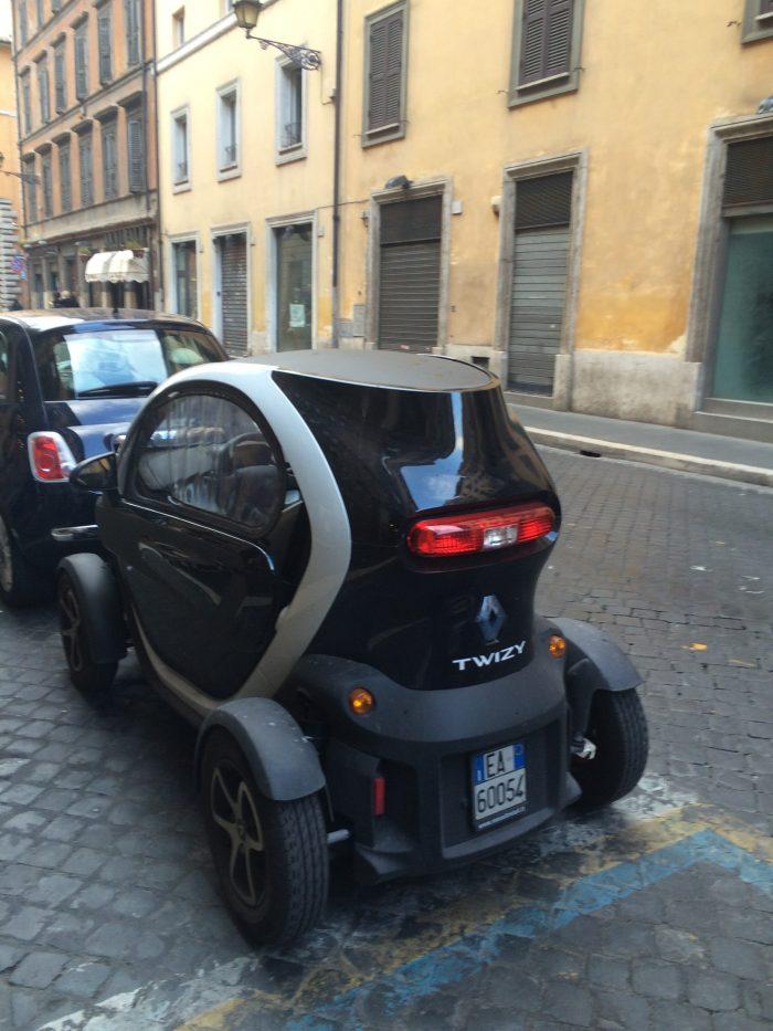 Квинтэссенция вынужденной любви итальянцев к маленьким машинкам.
